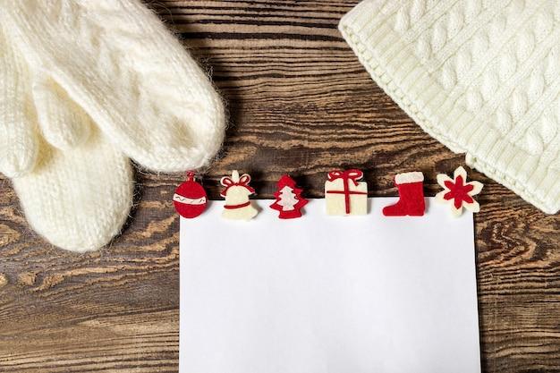 Dzianinowa czapka i rękawiczki z świątecznym listem do świętego mikołaja.