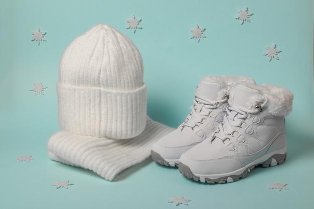 Dzianinowa czapka i szalik oraz białe zimowe trampki