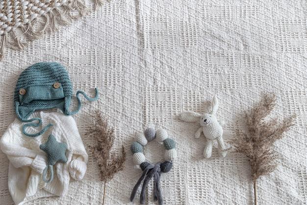 Dzianinowa odzież dziecięca na jasnym tle z dodatkami