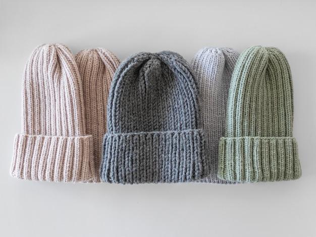 Dzianinowe czapki z widokiem z góry