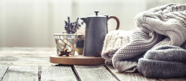 Dzianinowe swetry na drewnianym tle we wnętrzu
