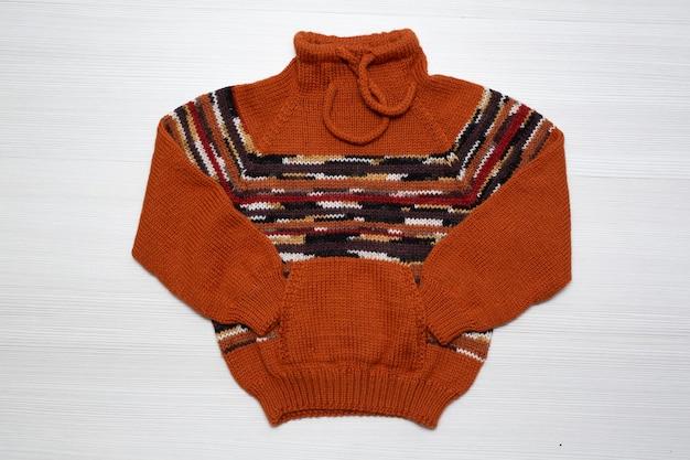 Dzianinowy sweter dziecięcy na białym tle