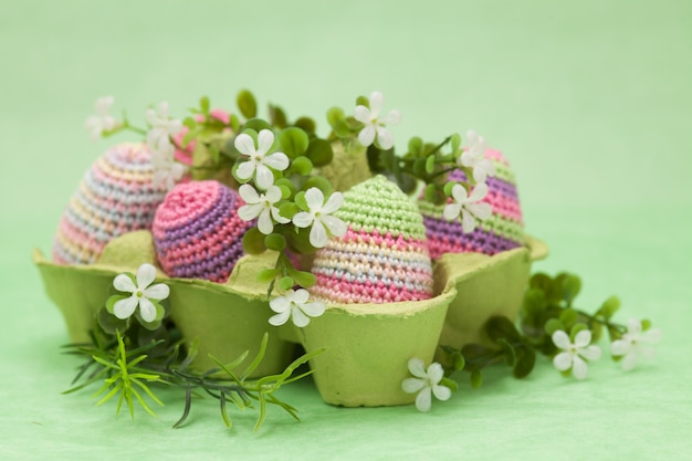 Dzianiny jaja wielkanocne wystrój, kwiaty na zielonym tle, ręcznie robione
