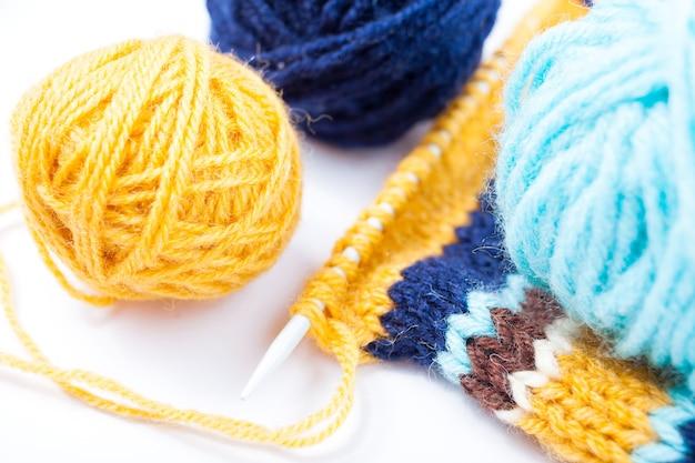 Dzianiny płótno, druty do robienia na drutach i kolorowe kulki z przędzy