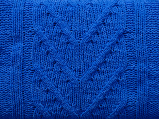 Dzianiny tekstury niebieskiej wełny dzianiny z wzorem kabla jako tło. wzór, tapeta, koncepcja do druku. klasyczny niebieski kolor roku 2020