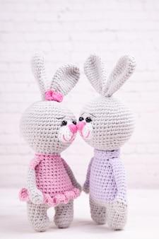 Dziany królik. świąteczny wystrój. walentynki. ręcznie robiona dzianinowa zabawka, amigurumi