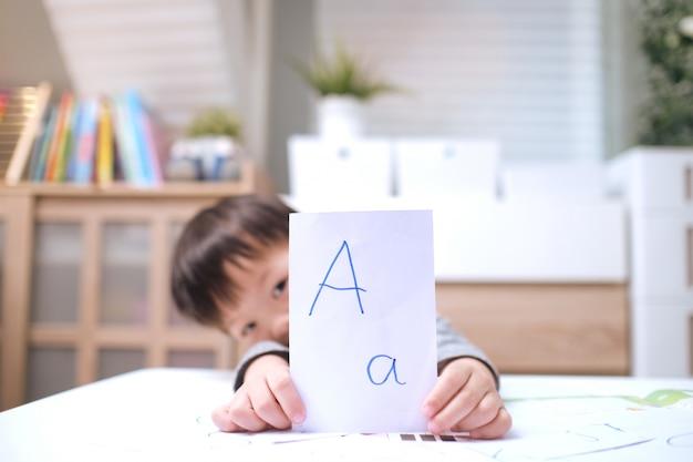 Dzieci azjatyckie uczące się angielskiego z kartami flash, naucz małe dzieci angielskiego w domu, dziecko w domu, zamknięte przedszkole