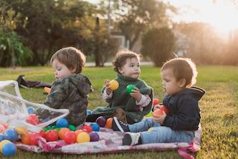 Dzieci bawiące się zabawkami w ogrodzie