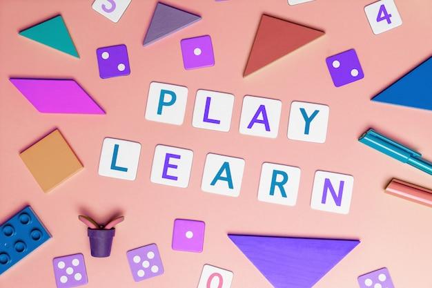 Dzieci bawią się i uczą się koncepcja z zabawkami widok z góry płaskie lat na różowo