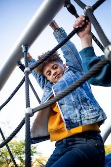Dzieci bawią się na placu zabaw na świeżym powietrzu