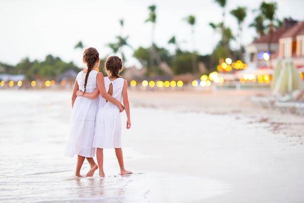 Dzieci bawią się razem na tropikalnej plaży