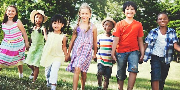 Dzieci bawią się razem
