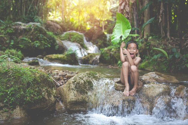 Dzieci bawią się szczęśliwie w strumieniu
