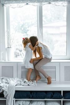Dzieci bawią się w domu, domowa atmosfera. rodzeństwo spędza czas razem.