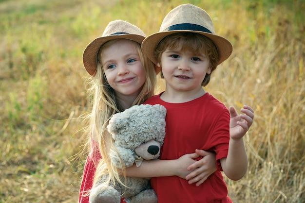 Dzieci bawią się w dziedzinie jesienią.