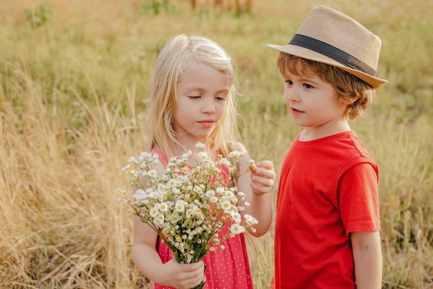 Dzieci bawią się w jesiennym parku dzieci bawią się na świeżym powietrzu jesienią maluchy lub przedszkolaki jesienią