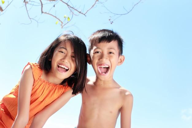 Dzieci bawią się w słoneczny dzień
