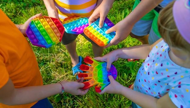 Dzieci bawią się w to na ulicy