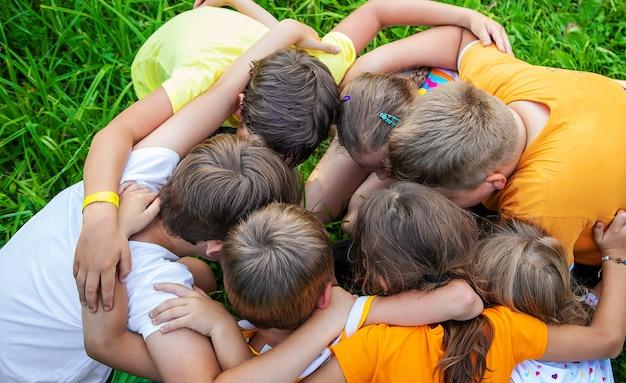 Dzieci bawią się ze splecionymi rękoma