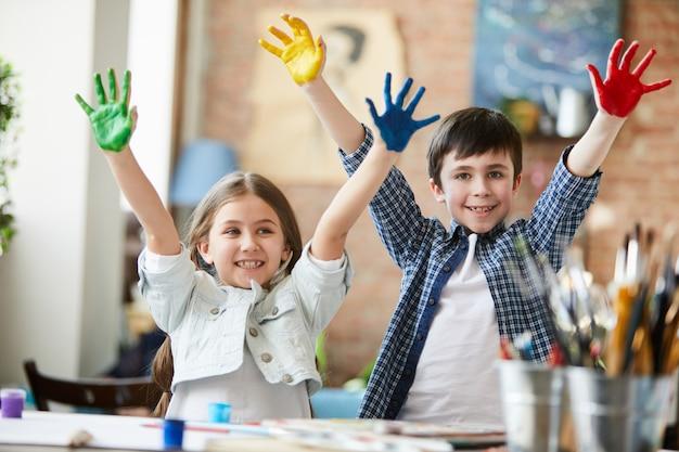 Dzieci bawiące się farbą