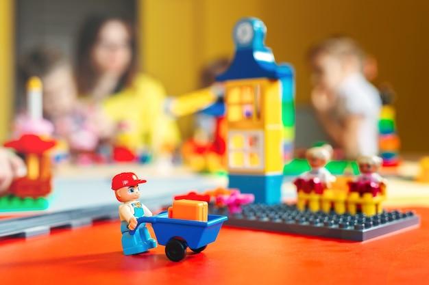 Dzieci bawiące się klockami konstruktora w klasie