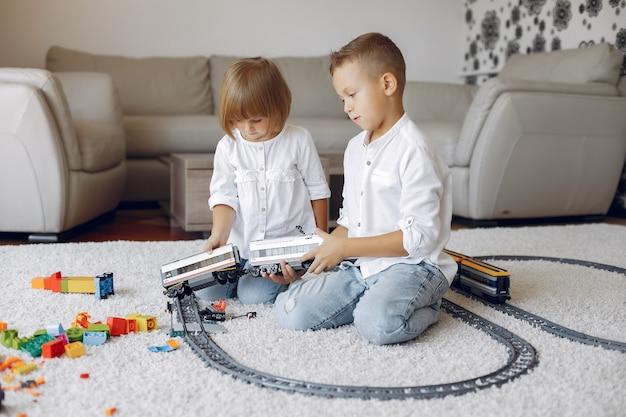Dzieci bawiące się klockami lego i zabawkami trenują w pokoju zabaw