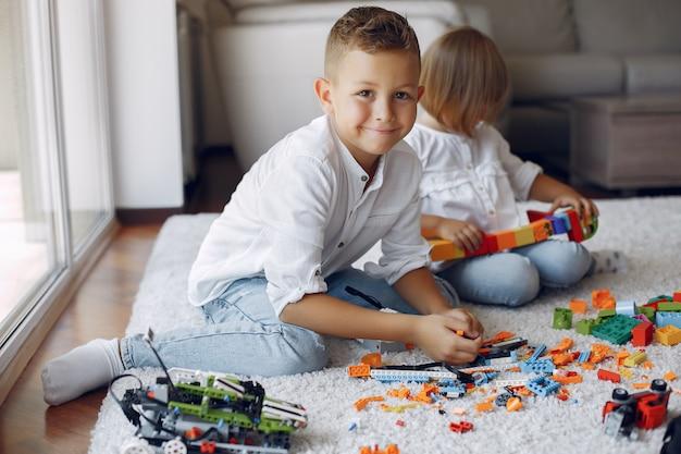 Dzieci bawiące się klockami lego w pokoju zabaw