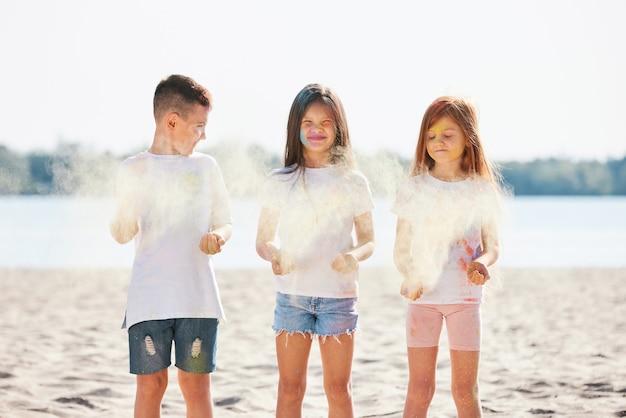 Dzieci bawiące się kolorowym proszkiem