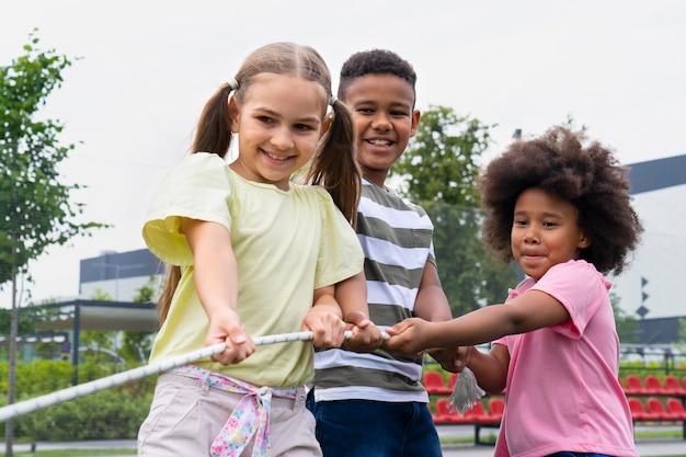 Dzieci bawiące się liną średni strzał