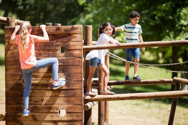 Dzieci bawiące się na placu zabaw jeździć w parku
