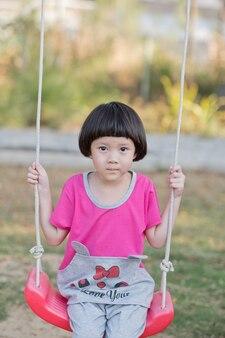 Dzieci bawiące się na placu zabaw, szczęśliwa dziewczyna
