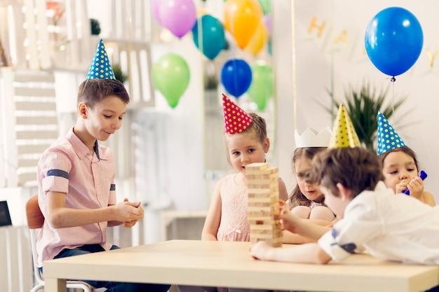 Dzieci bawiące się na urodziny