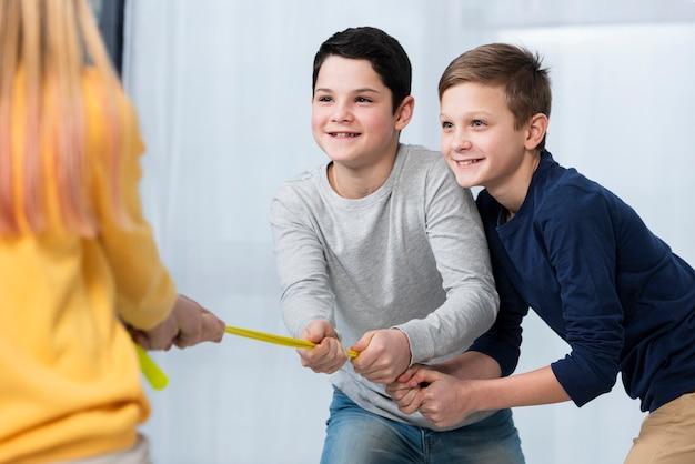 Dzieci bawiące się pod dużym kątem