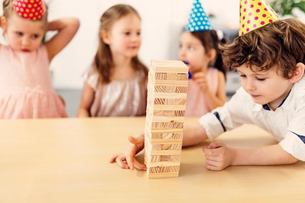 Dzieci bawiące się w drewnianą grę