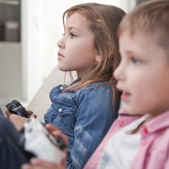 Dzieci bawiące się w gry wideo