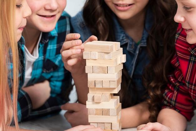 Dzieci bawiące się w jenga