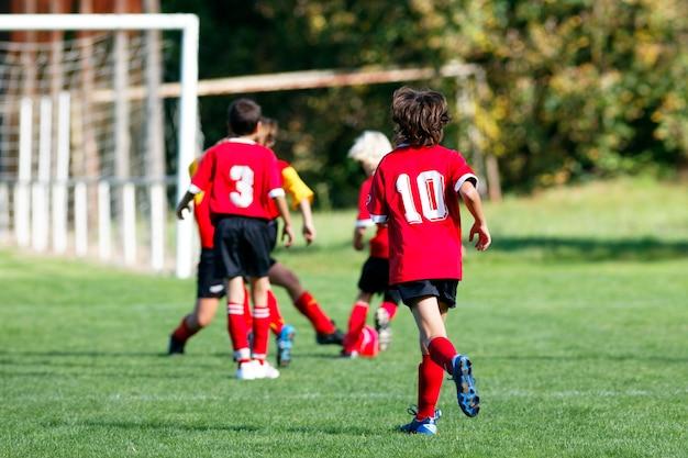 Dzieci bawiące się w piłkę nożną