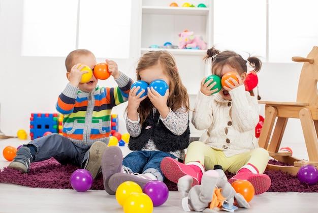 Dzieci bawiące się w pokoju