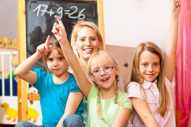 Dzieci bawiące się w szkole w domu