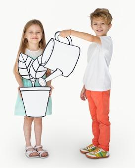 Dzieci bawiące się z papieru rzemiosła roślin doniczkowych i konewka