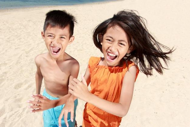 Dzieci biegają na plaży