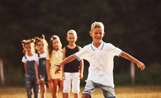 Dzieci biegają w polu w słoneczny dzień. koncepcja zdrowego stylu życia.