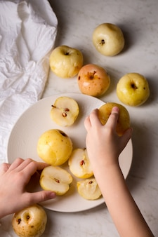 Dzieci biorą namoczone jabłka