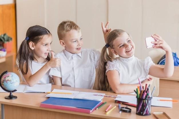 Dzieci biorąc selfie w klasie