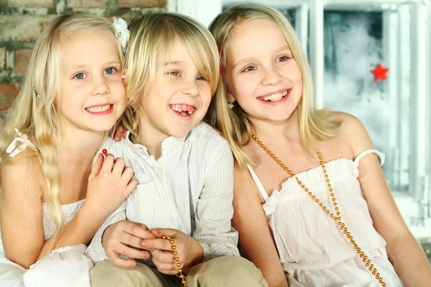 Dzieci boże narodzenie - wesołe uśmiechnięte dzieciaki