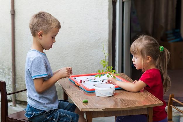 Dzieci chłopiec i dziewczynka grają razem