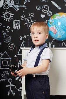 Dzieci chłopiec uczeń uczy się w szkole pierwszego września, ostatni dzień nauki, zmienia się między lekcjami