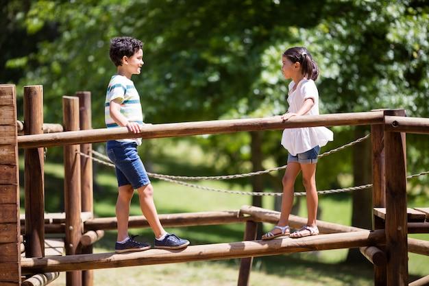Dzieci chodzące na plac zabaw jeździć w parku