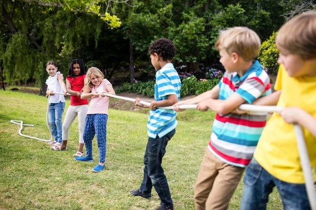 Dzieci ciągnące linę w przeciąganiu liny