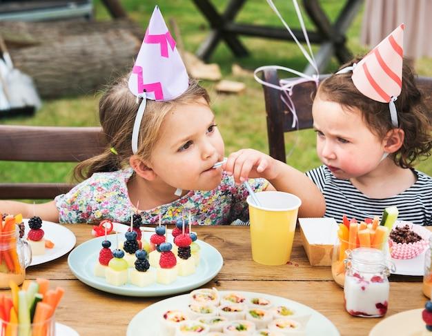 Dzieci cieszą się przyjęcie w ogrodzie